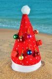 Chapéu de Santa decorado com decorações do Natal fotografia de stock royalty free