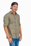 Chapéu de sorriso e vestindo do homem de basebol para trás Imagem de Stock