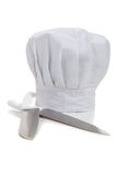 Chapéu de um cozinheiro chefe com cozimento de knifes Fotografia de Stock Royalty Free