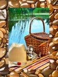 Chapéu de vaqueiro, cesta de vime, equipamento andfishing do carretel no natur Fotos de Stock Royalty Free