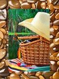 Chapéu de vaqueiro, cesta de vime, equipamento andfishing do carretel no natur Imagem de Stock Royalty Free