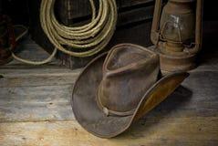Chapéu de vaqueiro no celeiro fotos de stock royalty free