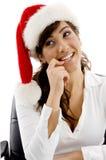 Chapéu desgastando executivo fêmea tímido do Natal Fotografia de Stock