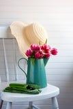 Chapéu do jardim com flores e luvas Fotos de Stock Royalty Free