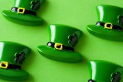 Chapéu do St Patrick Day no fundo verde foto de stock
