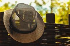 Chapéu do verão na cerca de madeira Fotografia de Stock