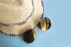Chapéu e óculos de sol Acessórios do verão fotografia de stock