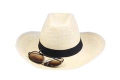 Chapéu e óculos de sol de palha. fotografia de stock royalty free