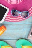 Chapéu e óculos de sol de palha na madeira azul Fundo das férias de verão Imagens de Stock Royalty Free