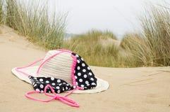 Chapéu e biquini de Sun na praia foto de stock royalty free