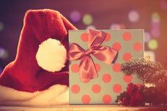 Chapéu e caixa de presente de Santa com luzes de Cristmas Fotos de Stock
