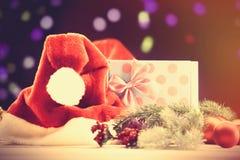 Chapéu e caixa de presente de Santa com luzes de Cristmas Foto de Stock Royalty Free