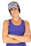 Chapéu e camiseta de alças vestindo da malha da morena bonita com folde dos braços Foto de Stock Royalty Free