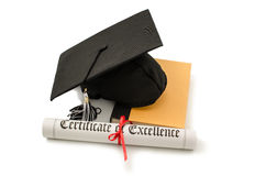 Chapéu e diploma do graduado com o livro isolado no branco Foto de Stock