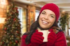Chapéu e luvas vestindo da mulher da raça misturada no ajuste do Natal Imagem de Stock Royalty Free