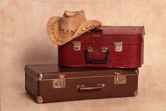 Chapéu e malas de viagem de cowboy imagem de stock royalty free