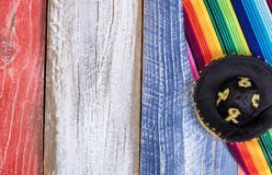 Chapéu e serape mexicanos do partido em placas de madeira rústicas pintadas dentro