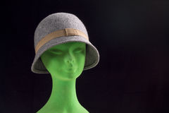 Chapéu fêmea cinzento na cabeça do manequim Imagem de Stock