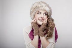 Chapéu forrado a pele e lenço vestindo da mulher bonita nova Foto de Stock Royalty Free