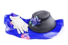 Chapéu retro e luvas brancas em uma seda Fotos de Stock