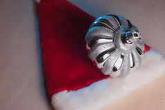 Chapéu vermelho de Santa do brinquedo do Natal na tabela de madeira, Imagens de Stock