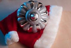 Chapéu vermelho de Santa do brinquedo do Natal na tabela de madeira, Foto de Stock Royalty Free