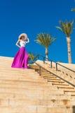 Chapéu vestindo da mulher bonita e saia cor-de-rosa Imagens de Stock Royalty Free
