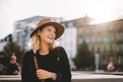 Chapéu vestindo de sorriso da mulher do turista foto de stock