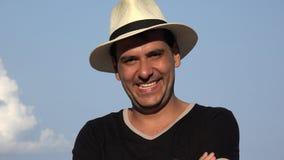 Chapéu vestindo de sorriso e riso do homem filme