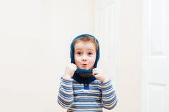 Chapéu vestindo do inverno da criança feliz Imagem de Stock Royalty Free