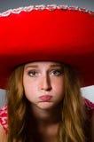 Chapéu vestindo do sombreiro da mulher Imagens de Stock