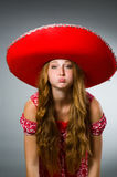 Chapéu vestindo do sombreiro da mulher Fotos de Stock Royalty Free