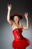 Chapéu vestindo do sombreiro da mulher Fotografia de Stock