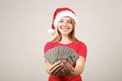 Chapéu vestindo fêmea do ` s de Santa do ruivo lindo com o PNF-pom, comemorando feriados festivos da estação do inverno imagens de stock