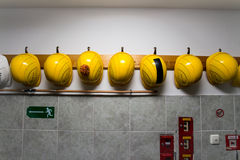 Chapéus amarelos da construção Imagens de Stock