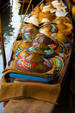 Chapéus cônicos asiáticos de vime tailandeses que flutuam o mercado Fotografia de Stock Royalty Free