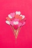 Chapéus de coco feitos a mão do queque do coração no fundo vermelho Foto de Stock Royalty Free