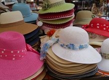 Chapéus de palha com fitas Fotografia de Stock Royalty Free