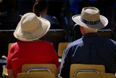 Chapéus desgastando dos pares velhos Fotos de Stock Royalty Free