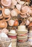 Chapéus do couro e de palha na loja Brasil do ofício imagem de stock