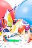 Chapéus do partido, chifres ou assobios, confettis Imagens de Stock Royalty Free