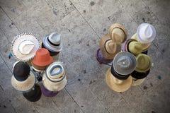 Chapéus do verão no suporte Imagens de Stock