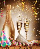 Chapéus e vinhos elegantes do festival com flâmulas Imagens de Stock