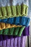 Chapéus feitos malha coloridos Imagens de Stock