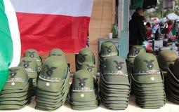 Chapéus militares mostrados durante uma reunião nacional italiana militar, Itália fotos de stock