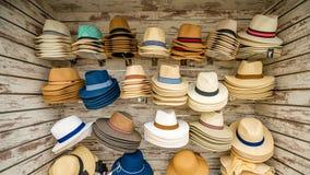 Chapéus para a venda, ilha de Santorini em Grécia, um dos destinos os mais bonitos do curso do mundo fotos de stock