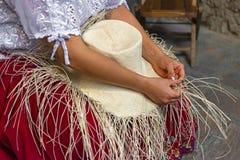 Chap?u de Panam? que tece em Cuenca, Equador imagem de stock
