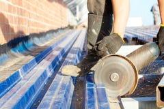 Chapa de aço vendo do trabalhador da construção Imagens de Stock Royalty Free