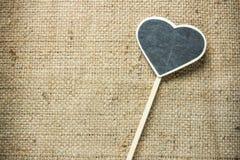 A chapa de madeira do quadro-negro colocada direito-tomou partido coração Foto de Stock Royalty Free