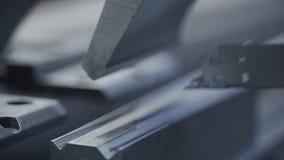 Chapa del doblez del hombre en el taller Herramienta moderna en industria pesada Trabajo peligroso Fabricación de la alta precisi almacen de video